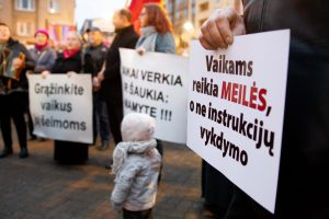 Mitinge prie Seimo reikalaujama stabdyti šeimų ardymą ir vaikų atiminėjimą