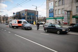Avarija Savanorių prospekte: vieno automobilio vairuotojai prireikė medikų