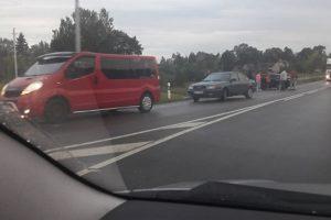Avarija Kelmės rajone: automobilis pakibo ant atitvarų