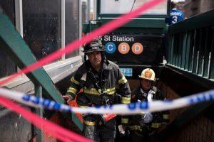 Niujorke nuo bėgių nulėkus dviem traukinio vagonams nukentėjo 36 žmonės