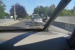 Avarija Rokuose: motoroleriu važiavę žmonės atsidūrė ligoninėje