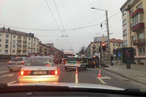 """Avarija """"aklųjų"""" sankryžoje: vienas automobilis apvirto, yra nukentėjusių"""
