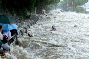 Taivane patvinus upei žuvo keturi turistai