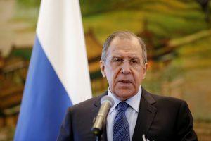 """S. Lavrovas: NATO sienos """"šliaužia"""" Rusijos link"""