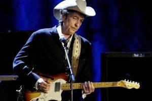 B. Dylanas dar neatsakė į paskyrimą Nobelio premijos laureatu