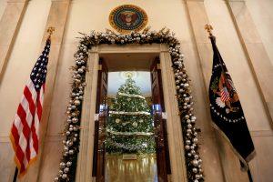 Baltuosiuose rūmuose laukiama pagrindinės Kalėdų eglės