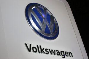 """""""Volkswagen"""" pripažino sukčiavusi dėl automobilių oro taršos"""