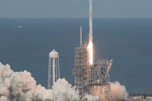 """""""SpaceX"""" sėkmingai iškėlė į orbitą 10 palydovų"""