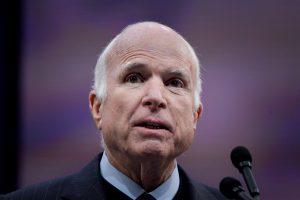 Mirė JAV senatorius J. McCainas