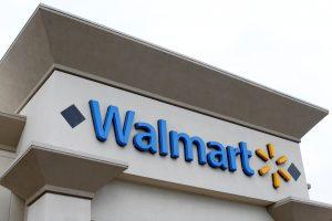 """Po Lietuvos kritikos """"Walmart"""" išima iš prekybos sovietinius marškinėlius"""