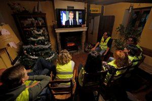 """Prancūzijos """"geltonosios liemenės"""" smerkia prezidento iniciatyvas krizei spręsti"""