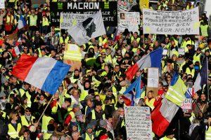 """Paryžiuje įvyko susirėmimų tarp """"geltonųjų liemenių"""" ir policijos"""