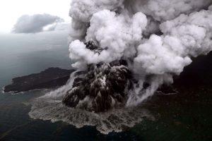 Cunamį sukėlęs Indonezijos ugnikalnis dviem trečdaliais pažemėjo