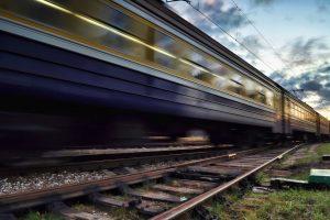 Rygos priemiestyje du traukiniai rėžėsi į automobilį
