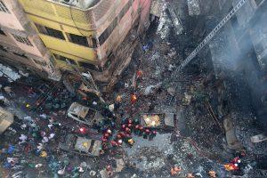 Bangladešo sostinės senojoje dalyje siautėjęs gaisras nusinešė mažiausiai 81 gyvybę