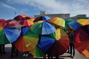 Rumunijoje siekiama uždrausti tos pačios lyties asmenų sąjungas