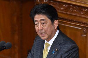 Japonijos premjeras su D. Trumpu tikisi išbandyti golfo diplomatiją