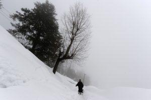 Azerbaidžane ant namo užgriuvus sniego lavinai žuvo penki žmonės