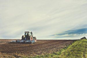 Kupiškio rajone sunkiai sužalotas traktorininkas