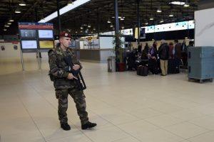 Šratasvydžio šautuvus gabenę asmenys sukėlė paniką Paryžiaus oro uoste