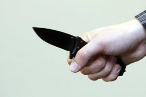 Kruvina naktis: užpuolikas peiliu dūrė vyrui į kaklą