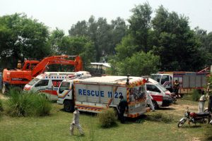 Pakistane traukiniui įsirėžus į rikšas žuvo septyni moksleiviai ir vairuotojas