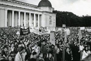Sajūdžio mitingas: partinius veikėjus išgąsdino minia ir tautinės vėliavos