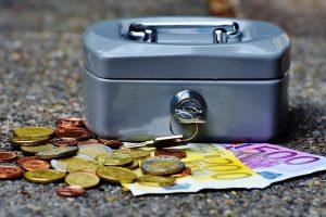 Tyrimas: trečdalis lietuvių nežino, kad su turtu gali paveldėti ir skolas