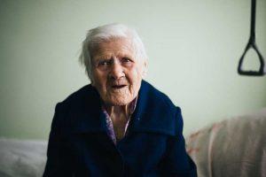 Senjorams padedančios organizacijos kviečia aplankyti savo senelius