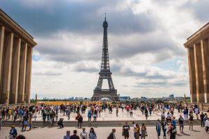 Pasaulio įdomybės: prancūzai baus už priekabiavimą prie moterų gatvėse