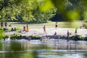 Ilgųjų savaitgalių nuostoliai: telefonus doroja žoliapjovės, praryja ežerai