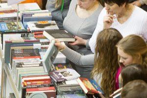 Žmonės iš naujo atranda skaitymo vertę, bet knygų pardavimai traukiasi