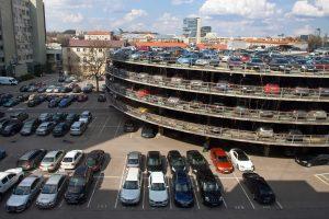 Vis daugiau lietuvių žvalgosi į naujus automobilius