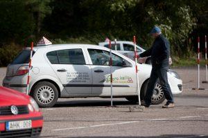 Naujovė: atsisakoma vairavimo egzamino pratimų aikštelėje