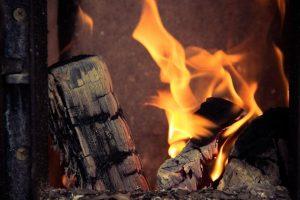 Kauno rajone bekurdama krosnį apdegė neįgali moteris