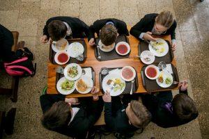 Už pietus mokykloje – ne tik grynaisiais: senus įpročius keičia naujovės