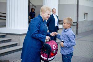 Kuprinės vaikams – ir iš prezidentės rankų