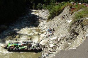 Peru nuo skardžio nukritus autobusui žuvo mažiausiai 15 žmonių