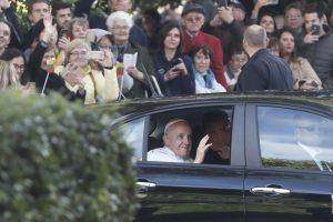 Po Lietuvą popiežių vežiojęs automobilis padovanotas vienuolėms