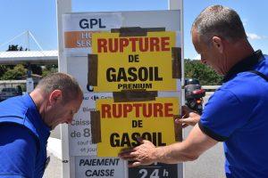Prancūzijoje tęsiantis protestams ima trūkti degalų
