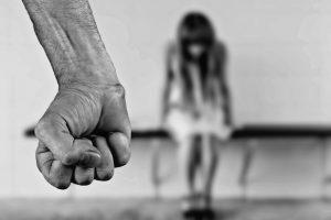 Rusijoje pritarta smurtą artimoje aplinkoje dekriminalizuojančiam įstatymui