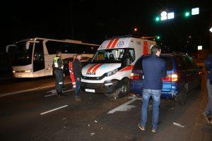Skubėję medikai A. Juozapavičiaus prospekte susidūrė su trimis automobiliais