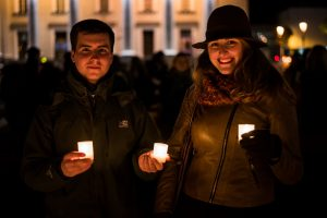 Lietuvoje sužibo tūkstančiai žvakučių negimusiems kūdikiams