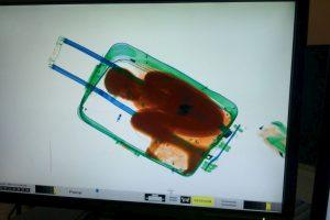 Peršvietę lagaminą muitininkai jame aptiko berniuką