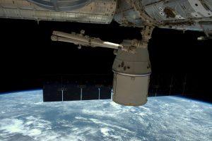 """""""SpaceX"""" kosminė kapsulė """"Dragon"""" sėkmingai nusileido Ramiajame vandenyne"""