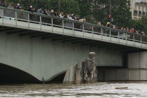 Paryžiuje kario statula po Almos tiltu tapo vandens lygio matuokle