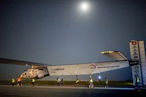 """Orlaivis """"Solar Impulse 2"""" iš Niujorko oro uosto leidosi į kelionę per Atlantą"""
