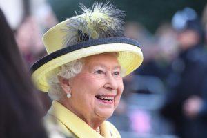 Didžiosios Britanijos karalienė perleidžia dalį savo karališkųjų įsipareigojimų
