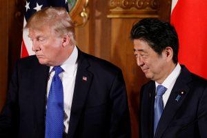 Tarp Sh. Abe dovanų D. Trumpui – stalo takelis