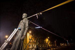 Lenkijoje nuspręsta nukelti pedofilija kaltinamo kunigo statulą